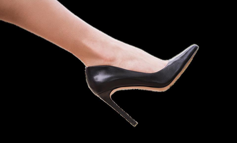 ženská noha v lodičce