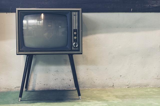 stará televize na nožkách