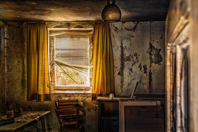 zničená místnost