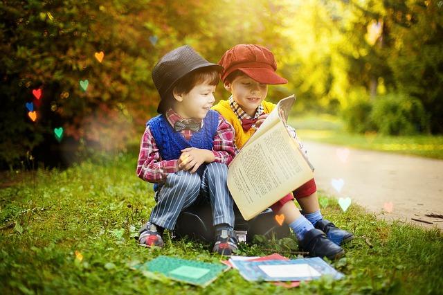 chlapečci při čtení