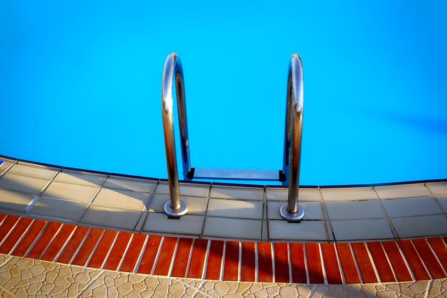 Pár u bazénu.jpg